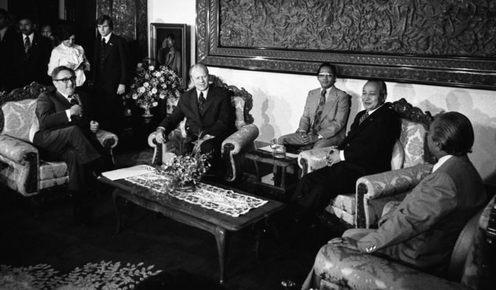 """נשיא אינדונזיה סוהרטו נפגש עם נשיא ארה""""ב ג'רלד פורד ושר החוץ האמריקאי הנרי קיסינג'ר, ב-1975 (צילום: הבית הלבן)"""