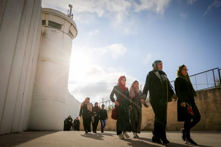 נשים פלסטיניות חוצות את החומה באזור בית לחם ברמדאן 2019 (ויסאם השלמון / פלאש90)