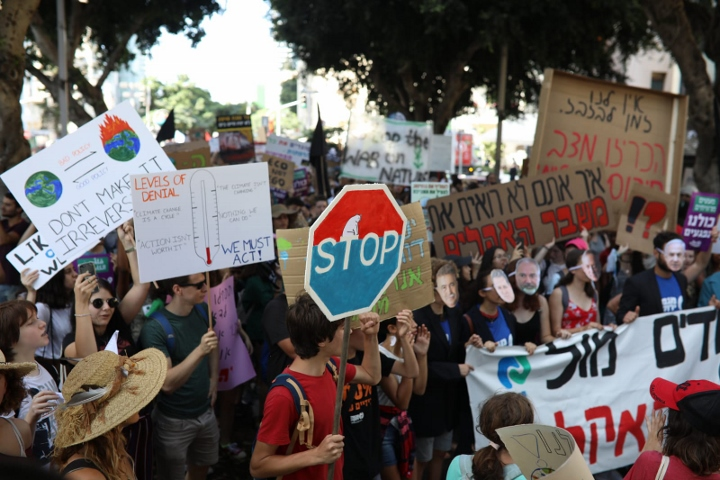 מפגינים צועדים בתל אביב בדרישה להכרזת מצב חירום אקלימי (אורן זיו)