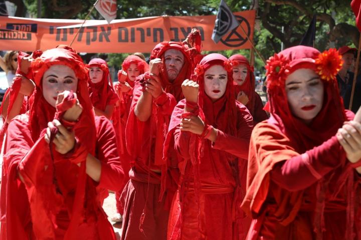 """הבריגדות האדומות של """"מרד ההכחדה"""" בצעדת האקלים בתל אביב (אורן זיו)"""