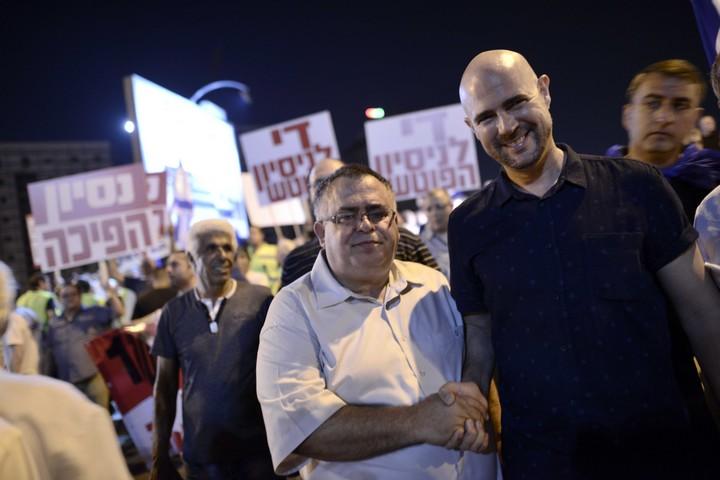 """ח""""כ דוד ביטן משתתף במחאת תמיכה בראש הממשלה, בנימין נתניהו, מול המחאה נגד השחיתות, ב-5 באוגוסט 2017 (צילום: תומר נויברג / פלאש90)"""