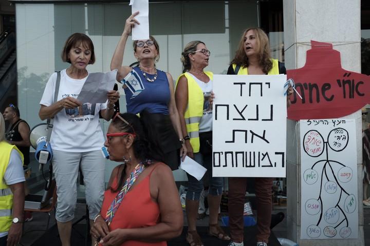 """ההפגנה השבועית נגד השחיתות מול ביתו של היועמ""""ש אביחי מנדלבליט בפתח תקווה, ב-5 באוגוסט 2017 (צילום: תומר נויברג / פלאש90)"""
