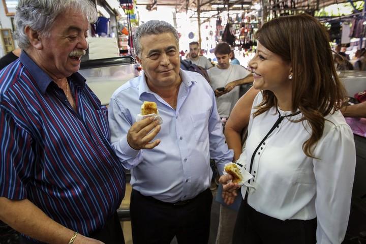 ראשי העבודה-גשר, עמיר פרץ ואורלי לוי-אבקסיס, בשוק הכרמל בתל אביב, ב-12 בספטמבר 2019 (צילום: פלאש90)