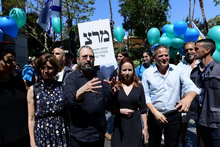 חברי המחנה הדמוקרטי ניצן הורוביץ, אהוד ברק, סתיו שפיר ותמר זנדברג בתל אביב, 16 בספטמבר 2019 (צילום: תומר נויברג / פלאש90)