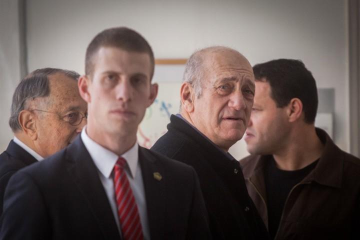 אהוד אולמרט היה ראש הממשלה שהלך הכי רחוק עם הפלסטינים. זה לא מנע ממנו לעמוד למשפט ולהישלח לכלא. אהוד אולמרט במשפטו (צילום: ליאור מזרחי / פלאש 90)