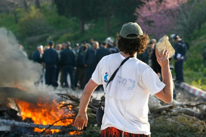 נערי הגבעות יודעים שלא יעשו להם דבר. מצבם של הצעירים יוצאי אתיופיה בדיוק הפוך. נער גבעות משליך על כוחות משטרה באזור חומש (צילום: נתי שוחט / פלאש 90)