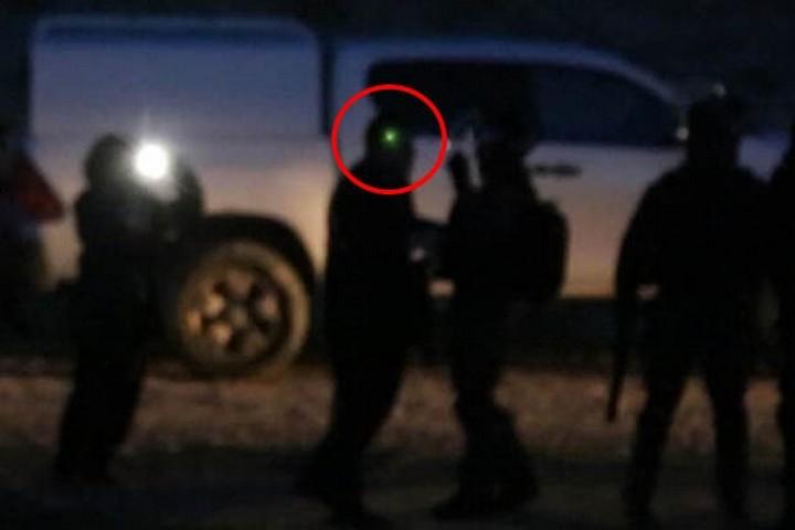 נקודת אור ירוקה מופיעה על ראשו על ח״כ איימן עודה לפני שנורה ונפגע מכדורי ספוג, במהלך האירועים באום אל חיראן שבנגב, בינואר 2017. צילום: קרן מנור/ אקטיבסטילס