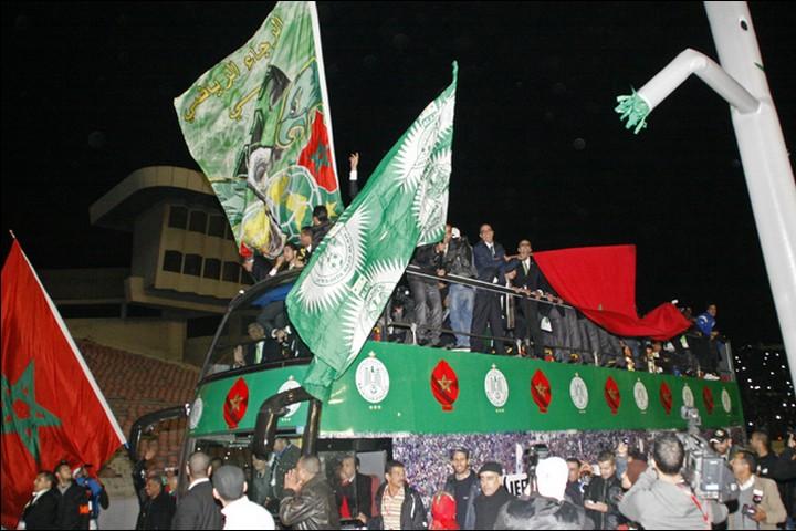 """""""אנחנו שרים לעזה, שרים לירושלים, שרים לפלסטין"""". אוהדי רג'אא קזבלנקה חוגגים אחרי ניצחון (צילום: מגרבייה, BY CA 2.0)"""