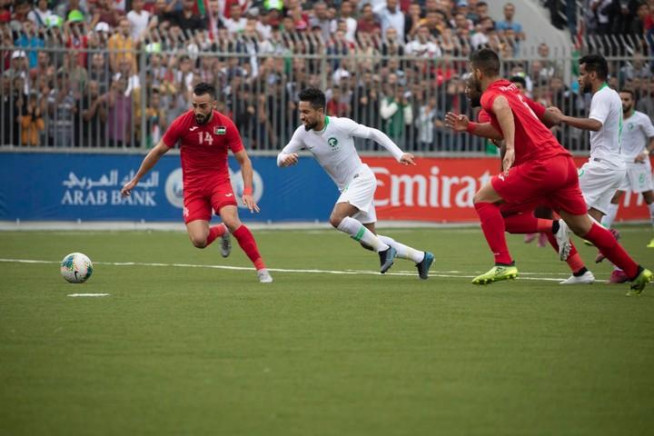 המשחק הסתיים בתיקו אפס, הישג לנבחרת פלסטין שנחשבת חלשה יותר. התקפה של סעודיה (בלבן) על העשר הפלסטיני (צילום: אורן זיו)