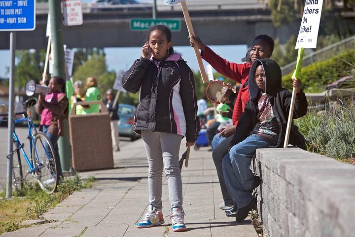 השקעה בחינוך נחשבת כדרך הטובה ביותר להילחם בפשיעה. ממשל טראמפ מעדיף להשקיע בבתי סוהר. תלמידים תומכים בשביתת מורים באוקלנד (צילום: מוניקה ינסן/ פאבליק פרס CC BY-NC 2.0)