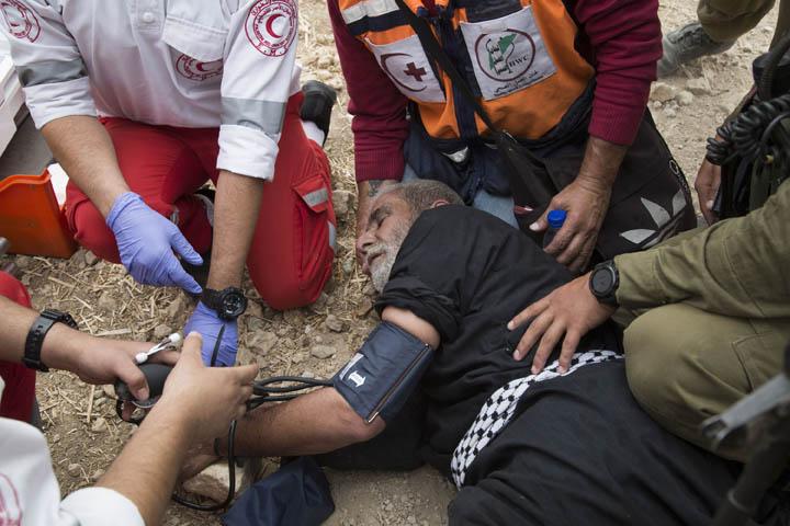 """הצבא פיזר בגז מדמיע את המפגינים במאז """"שירת העשבים"""". אחד הפלסטינים נפגע תוך כדי המעצר ונזקק לטיפול (צילום קרן מנור/ אקטיבסטילס)"""