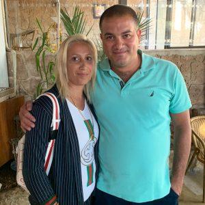 ערין שעבאן, מארגנת הטיולים לשטחים, עם בעלה (צילום: סוהא עראף)