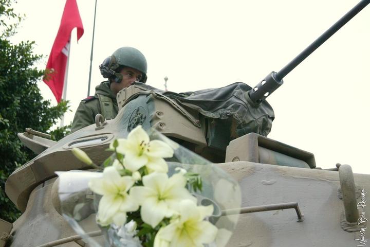 פרחים לחייל, בזמן מהפכת היסמין בתוניסיה ב-2011 (צילום: Wassim Ben Rhouma)