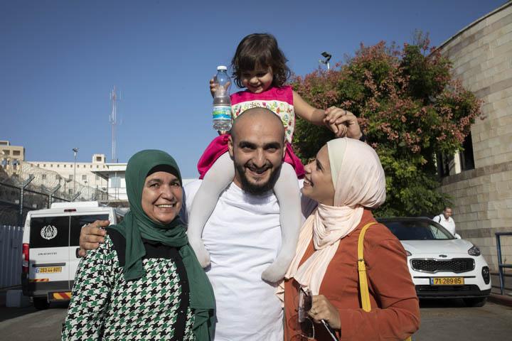העיתונאי הירושלמי, מוסטפא אל חרוף, פוגש את משפתחו לאחר שחוררו מתשעה חודשי מאסר מכלא גיבען, 24 באוקטובר 2019. (צילום: אורן זיו)
