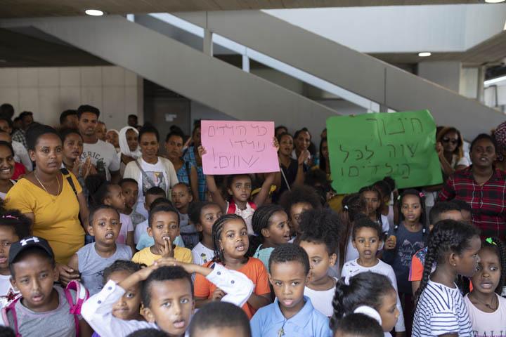 """""""מגיל קטן מפרידים אותם. מה יהיה כשיהיו גדולים"""". תלמידי בית הספר ״גוונים״ והוריהם מפגינים במחאה על התנאים בבית הספר מחוץ לעיריית תל אביב (צילום: אורן זיו)"""