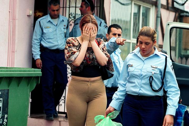 משטרת ההגירה מגרשת נשים ממזרח אירופה מבית זונות ליד חיפה (צילום: משה שי / פלאש90)