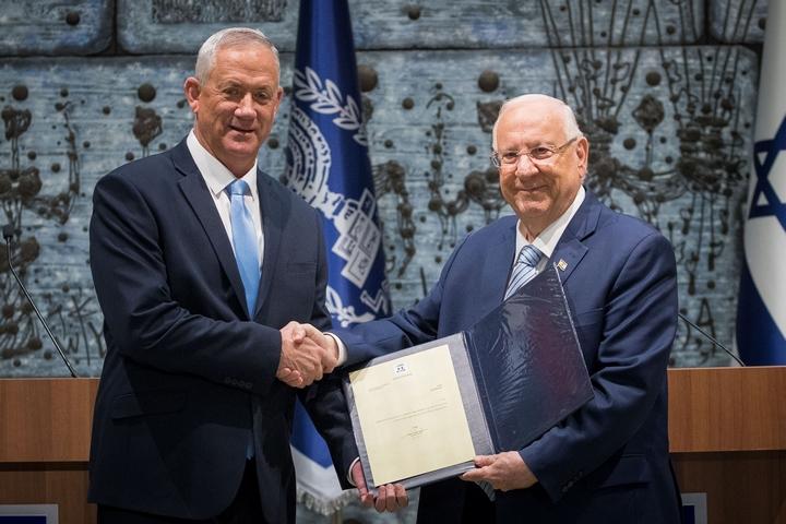 """יו""""ר כחול לבן, בני גנץ, מקבל מהנשיא ראובן ריבלין מנדט להקמת ממשלה חדשה, ב-23 באוקטובר 2019 (צילום: יונתן זינדל / פלאש90)"""