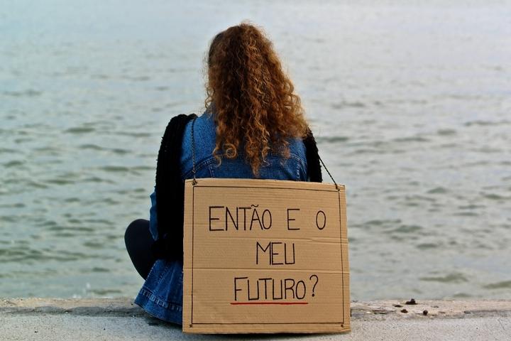 """""""ומה עם העתיד שלי?"""" - מפגינה נגד צעדי הצנע בליסבון (צילום: Pedro Ribeiro Simões)"""