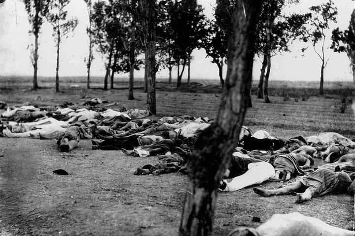 """גופות של ארמנים שנרצחו במהלך הג'נוסייד. מתוך סיפורו של השגריר מורגנטאו , שגריר ארה""""ב לשעבר באימפריה העותמאנית, שפורסם ב-1918 (צילום: הנרי מורגנטאו)"""