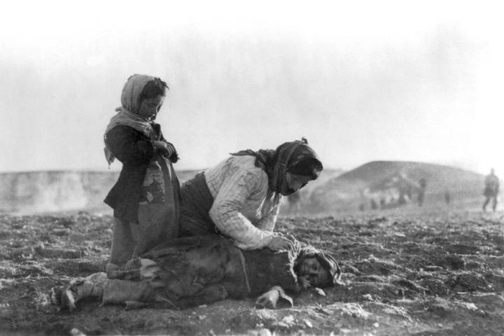 אישה ארמנית כורעת ליד ילד מת בשדה. צולם ב-1915-1918 (צילום: ספריית הקונגרס האמריקאי)