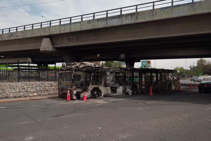 אחד מ-16 האוטובוסים שנשרפו בליל ה-18 באוקטובר 2019 בצ'ילה (צילום: Jorge Morales Piderit)
