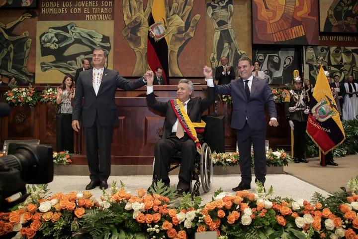 """נשיא אקוודור היוצא רפאל קראה (משמאל) בטקס """"חילופי המשמר"""" להשבעת הנשיא לנין מורנו (במרכז), במאי 2017 (צילום: Agencia de Noticias ANDES)"""