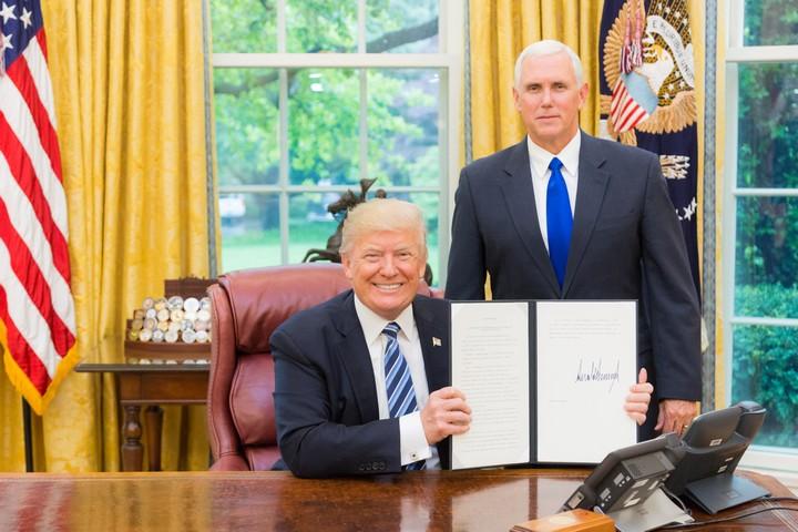"""הנשיא טראמפ וסגן הנשיא פנס (צילום: שילה קרייגהד, משרד הרשות המבצעת של נשיא ארה""""ב)"""