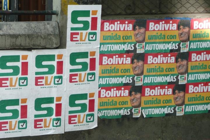 כרזות בבוליביה לפני משאל העם על החוקה ב-2009 (צילום: Randal Sheppard)