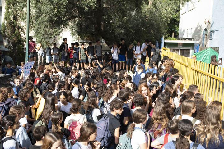 תלמידים מפגינים בבית הספר גבריאלי נגד מעצר וגירוש ילדים (צילום: אורן זיו)
