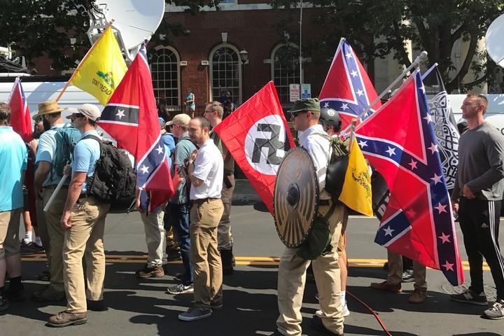 """צועדים בעצרת """"איחוד הימין האמריקאי"""" בשארלוטסוויל, וירג'יניה, ב-12 באוגוסט 2017 (צילום: Anthony Crider)"""