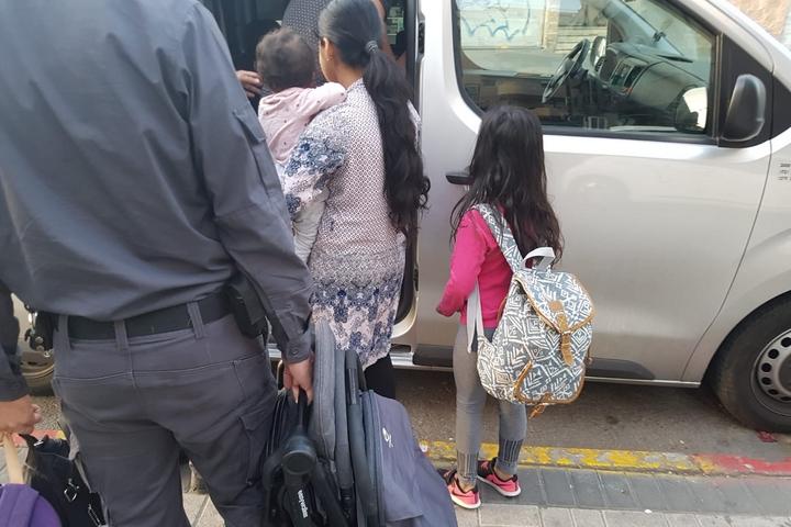 אליאנה, בת 7, נעצרה ביחד עם אביה ואמה, מהגרי עבודה מהודו, ואחותה התינוקת מיכל (צילום: אורן זיו)