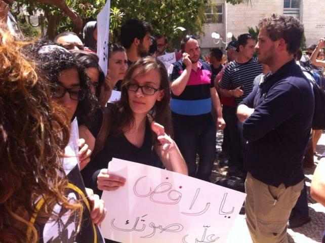 """משמרת מחאה באוניברסיטה העברית כנגד גיוס העדה  הנוצרית לצה""""ל   צילום : מיכל גורן"""