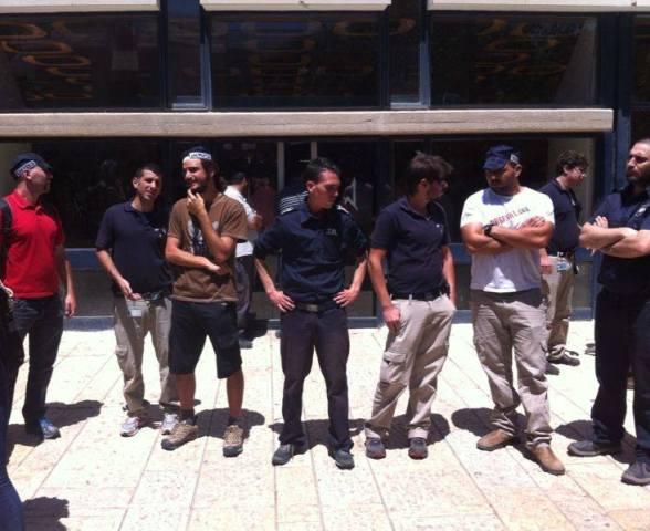 שורת מאבטחים במהלך ההפגנה   צילום : מיכל גורן