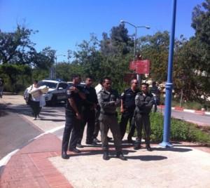 כוחות הביטחון מחוץ לבניין הפורום | צילום: ניב סוניס.