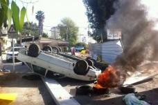 מכונית הפוכה וצמיג בוער חוסמים את אחת הכניסות לגבעת עמל (כרמן אלמקייס)