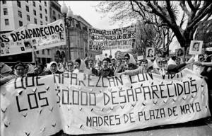 אמהות כיכר מאי בהפגנה