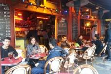 בין עבודה לבתי קפה ברחובות פריז