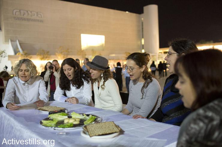 פעילות ישראליות מקיימות סדר פסח סימלי במרכז תל אביב, כמחאה על החלטת ממשלת ישראל לאפשר הקמת התנחלות נוספת בחברון. ה-12 לאפריל, 2014.