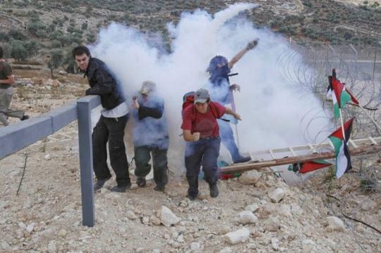מפגינים בורחים מגז בבלעין, 2005 (אקטיבסטילס)