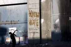 צעיר זורק אבנים על החומה בבית לחם (אורן זיו / אקטיבסטילס)