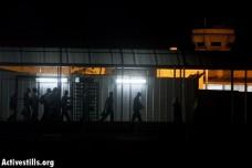 פועלים יוצאים לעבודה דרך מחסום לפני עלות השחר (אורן זיו / אקטיבסטילס)