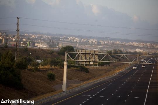 גבעת אדמה מסתירה את חומת טול כרם מהנוסעים בכביש 6 (אורן זיו / אקטיבסטילס)