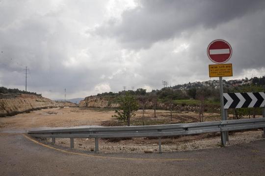 עשרות אלפים חוצים יום-יום דרך החורים. אתר בנייה נטוש של מקטע גדר (אורן זיו / אקטיבסטילס)