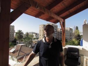 מוכלס במרפסת ביתו. מדבר על העינויים ברוגע ובשלווה. צילום: רמי יונס
