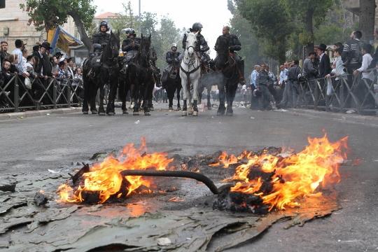פרשי משטרה בהפגנת החרדים (קובי הר צבי, בחדרי חרדים)