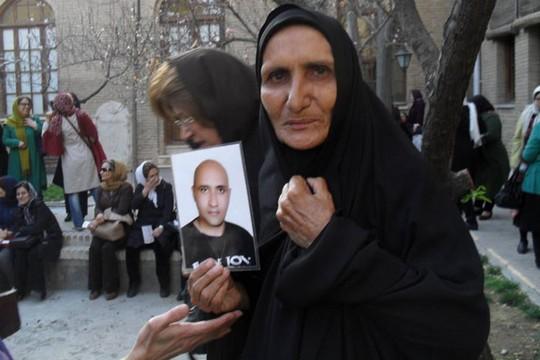 גוהר עשקי, אמו של הבלוגר סטאר בהשתי שעונה למוות בכלא אווין (מאתר iranglobal.info)