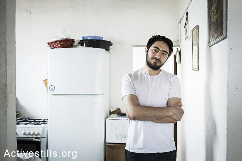 """מג'ד כיאל, עיתונאי ותחקירן פלסטיני תושב ישראל, בביתו בחיפה, ה-19 לאפריל 2014. כיאל נעצר במעבר שיח-חוסיין בגבול ירדן-ישראל לאחר ששב מביקור בלבנון, שם השתתף בכנס לציון 40 שנה לעיתון """"אל-ספיר"""" בביירות. הוא שוחרר לאחר 5 ימי חקירה בעקבות לחץ ציבורי כבד. (אקטיבסטילס)"""