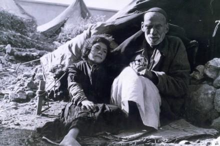 """""""הפליטים שאיתם דיברתי לא מוכנים ללחוץ ידיים עם השובה שלהם – לפחות לא כשפלסטיני אחר מסתכל"""". פליטים, 1948 (Hanini CC BY 3.0)"""