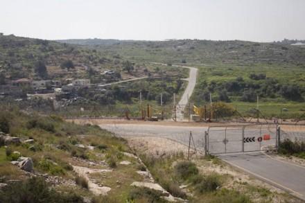 הגדר החדשה בוואד א-רשא, בין הכפר לאדמות (אורן זיו / אקטיבסטילס)