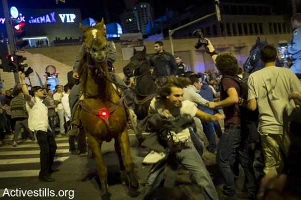 """פרשים משטרתיים מפזרים הפגנה הקוראת לממשלת ישראל להתיר שימוש במריחואנה. כ- 1500 מפגינים חסמו לפנות בוקר את הכביש המוביל לכנסת במערב ירושלים, ה- 20 לאפריל 2014. מארגני ההפגנה, אשר הופצה ברשתות חברתיות תחת השם """"ליל הבאנגים הגדול"""", נעצרו יומיים קודם לכן באשמת קריאה פומבית לעישון מריחואנה. המשטרה מנעה את הגעת המפגינים לפארק מול הכנסת, ועצרה כ- 30 מהם. (אקטיבסטילס)"""
